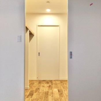 玄関へも繋がるウォークインクローゼットです。