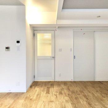 右のドアは収納になっています。