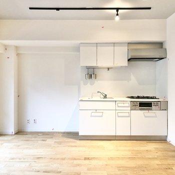 キッチンは真っ白に。