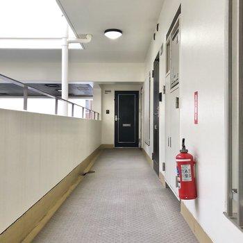 お部屋は右側のドアからです。