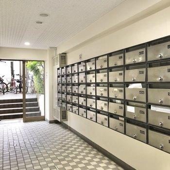 共用部でずらっと並ぶメールボックス。