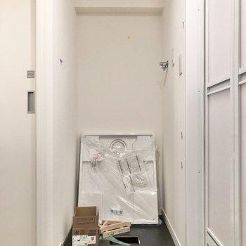 【工事中】サニタリールームへ。正面には洗濯機置き場があります。