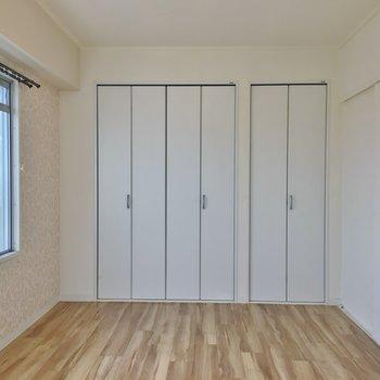 約6帖の洋室は寝室に。
