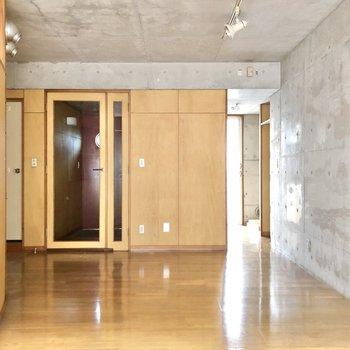 右奥にはキッチンがあるので、ダイニングテーブルはこちらの空間に置こうかな。
