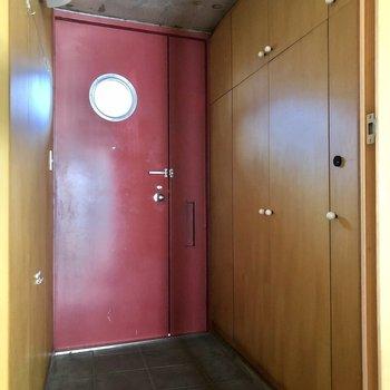 玄関には赤が映えるドアが出迎えてくれます。