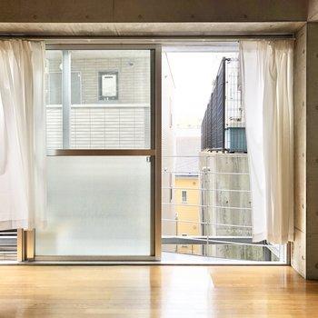 窓を開けると、心地良い風を感じます。