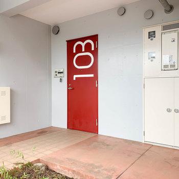玄関前にも、スペースにゆとりがあります。