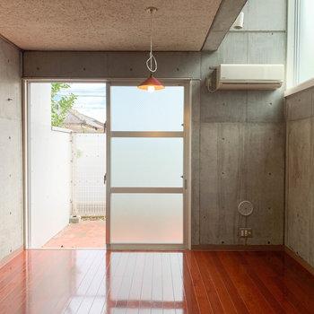 お部屋は一部天井が高くなり、採光性を高めています。