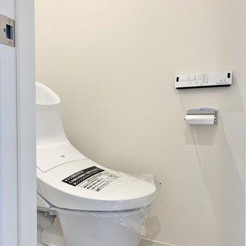 トイレは脱衣所の向かい※写真は3階の同間取り別部屋のものです