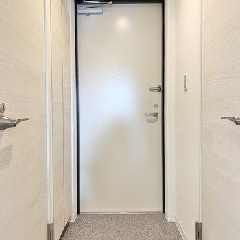 玄関はフラットになっています※写真は3階の同間取り別部屋のものです