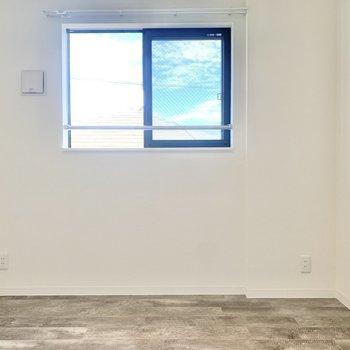 【洋室】窓もあって、気持ちいいですよ※写真は3階の同間取り別部屋のものです