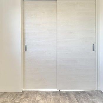 【洋室】こちらは寝室かな※写真は3階の同間取り別部屋のものです