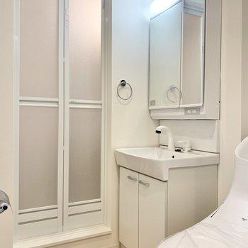 洗面台にはコンセントが付いています※写真は3階の同間取り別部屋のものです