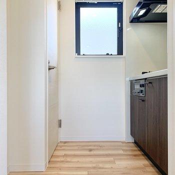 設備は奥にまとまっています※写真は3階の同間取り別部屋のものです