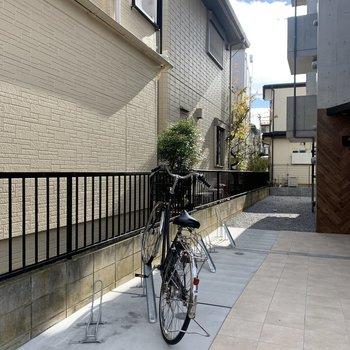 自転車置き場はエントランス前です