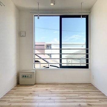 2面採光の明るいお部屋※写真は3階の同間取り別部屋のものです