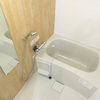 新品のお風呂はお部屋の雰囲気にあった木目調のデザイン◎