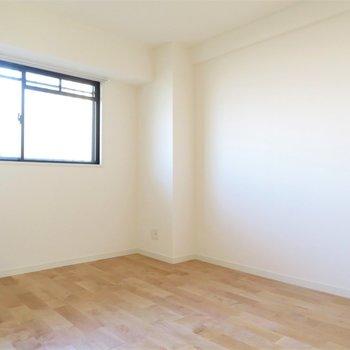 寝室ももちろん無垢床を。暖かみのある空間はよく眠れそう
