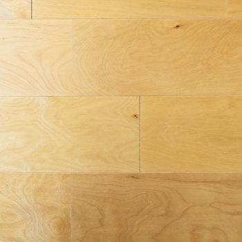 そんなお部屋を演出するのは、ふんわり明るくて無垢感もあるバーチの床材
