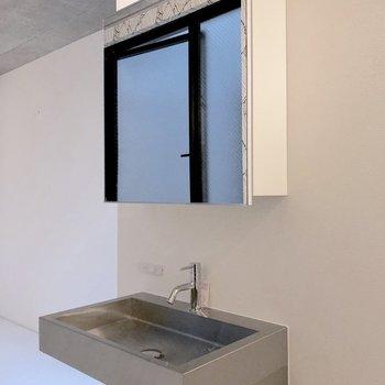 配管むき出しの洗面台も。※写真は3階の同間取り別部屋のものです