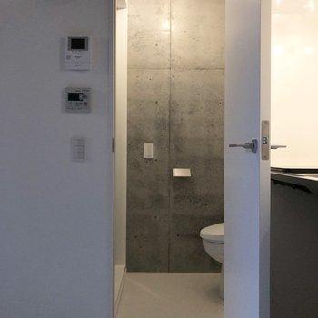 キッチン横がシャワーブースとトイレ。※写真は3階の同間取り別部屋のものです