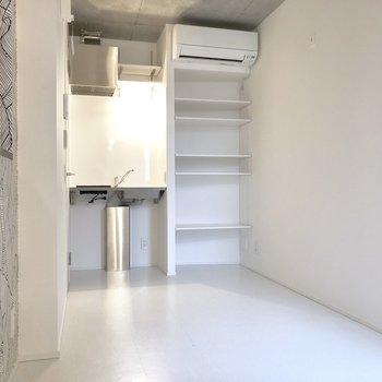 突き当たりがキッチンと収納棚。※写真は3階の同間取り別部屋のものです
