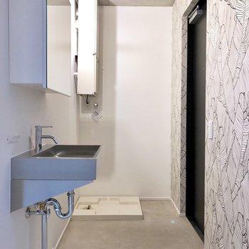 玄関に洗濯機置き場があります。※写真は3階の同間取り別部屋のものです