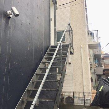 外階段を登って2階に上がります。