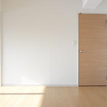 右の扉は廊下とつながっています。(※写真は5階の同間取り別部屋のものです)