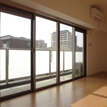 窓が大きくて光がたくさん入ってきます。(※写真は5階の同間取り別部屋のものです)
