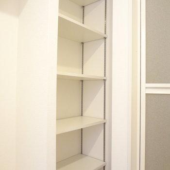 お風呂の手前にはこんな収納棚も。タオルや着替えも入りますね。(※写真は5階の同間取り別部屋のものです)