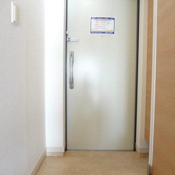 玄関はすっきりと。(※写真は5階の同間取り別部屋のものです)