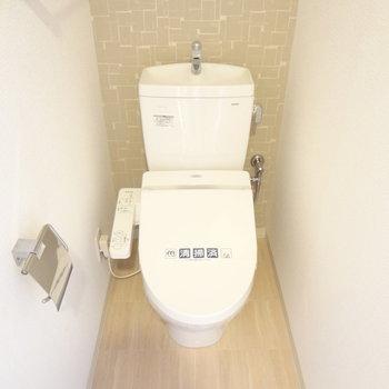 トイレはもちろんウォシュレット付き!(※写真は5階の同間取り別部屋のものです)