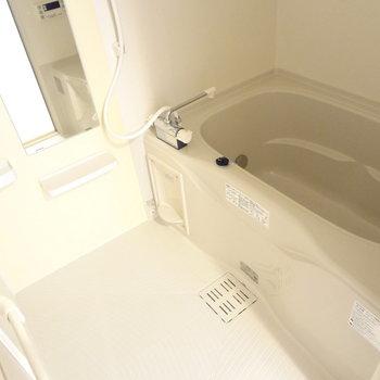 お風呂はゆったりと。追焚付きです!(※写真は5階の同間取り別部屋のものです)