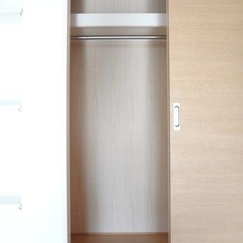 クローゼットは狭め。横の棚もうまく使いましょうね。(※写真は5階の同間取り別部屋のものです)