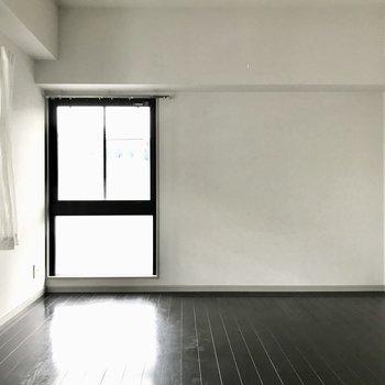 ゆったりとした洋室は、ベッド以外の家具もしっかり入りますよ