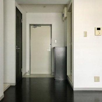 戻ってダイニング。玄関はオープンに。手前には洗濯機置き場もありますよ