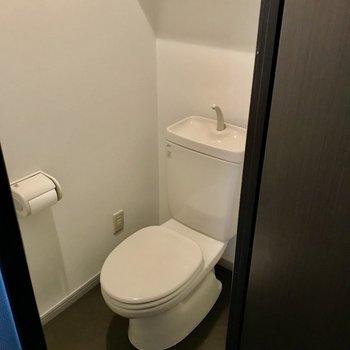 トイレの空間にはゆとりがありました!上の棚も便利です