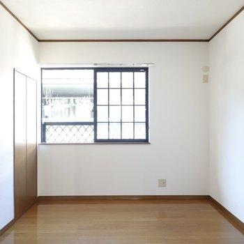 こちらも同じ6帖の広さ。格子状の窓ガラスが素敵!