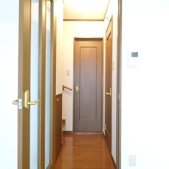 廊下にはキッチン以外の水回りと2階への階段が。