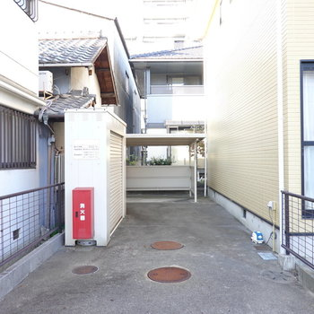 建物脇には駐輪場もありますよ。
