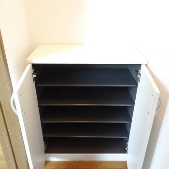 白くて綺麗な新しい靴箱は1段に3足ほど入る大きさ。