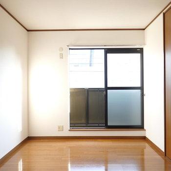 南側の洋室は6帖。窓の外にはベランダがあります。