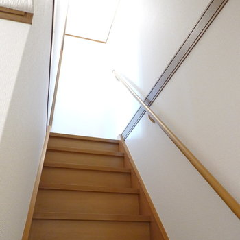 2階への階段は手すり付きで子どもでも安全。