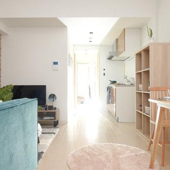 リビングにはゆったり座れるソファと明るい木材のダイニングテーブルを。(※写真は2階の同間取り別部屋、モデルルームのものです)