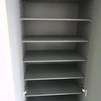 玄関には床から天井まであるトールサイズの靴箱!(※写真は2階の同間取り別部屋、モデルルームのものです)