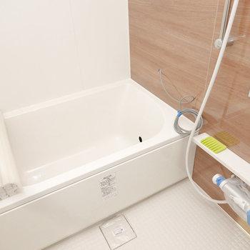 バスルームも明るく寛げる雰囲気に。追い焚きで長風呂も。(※写真は2階の同間取り別部屋、モデルルームのものです)