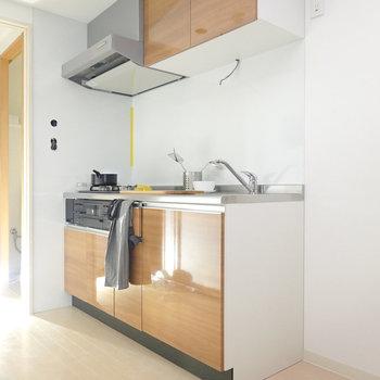 明るい色のキッチン。グリル付きです。(※写真は2階の同間取り別部屋、モデルルームのものです)