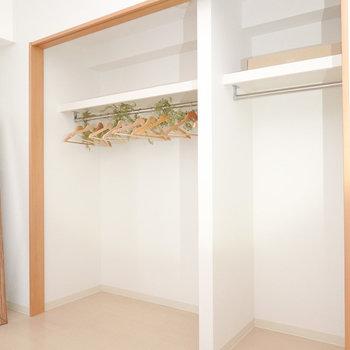 クローゼットは壁一面に。入居時には扉がちゃんと付きます。(※写真は2階の同間取り別部屋、モデルルームのものです)