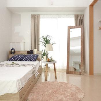ベッドにスタンドライト、窓際には背の高い植物を置いて安らぎの空間に。(※写真は2階の同間取り別部屋、モデルルームのものです)